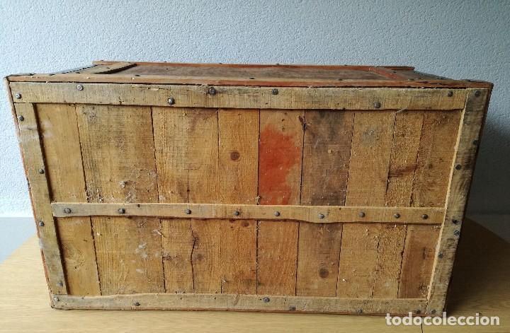 Antigüedades: Antiguo baúl Arcon grande vintage de chapa y madera, forrado en papel - Foto 12 - 108309375