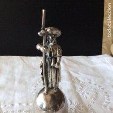 Antigüedades: CAMPANILLA DE ALPACA PLATEADA CON EL APOSTOL SANTIAGO DE COMPOSTELA. Lote 108313535