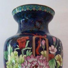 Antigüedades: JARRON FLORERO EN BRONCE CON ESMALTE CLOISONNÉ . Lote 108318259