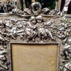 Antigüedades: PORTARETRATO- MARCO FOTO, DE METAL PLATEADO, CON FIGURAS DE ÁNGELES EN RELIEVE. SIGLO XIX. Lote 108362055
