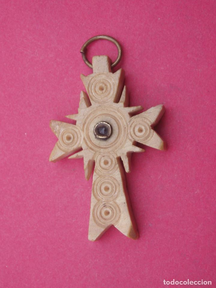 CRUZ- MEDALLA TALLADA ANTIGUA CON VISOR DENTRO VIRGEN MONTE TORO. MENORCA. (Antigüedades - Religiosas - Medallas Antiguas)