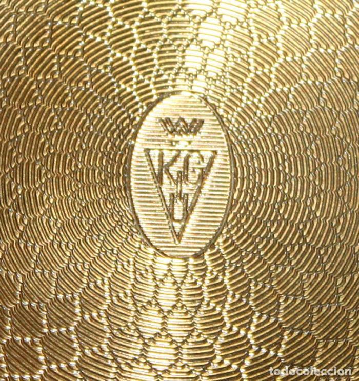 Antigüedades: PRECIOSA POLVERA INGLESA DE LOS AÑOS 50 EN METAL Y FORRO TIPO PETIT POINT. MARCA KIGU. - Foto 4 - 108364651