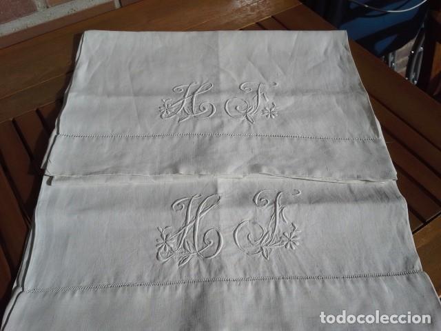 Antigüedades: Par de antigua fundas de almohada bordada a mano con iniciales - Foto 2 - 108374235