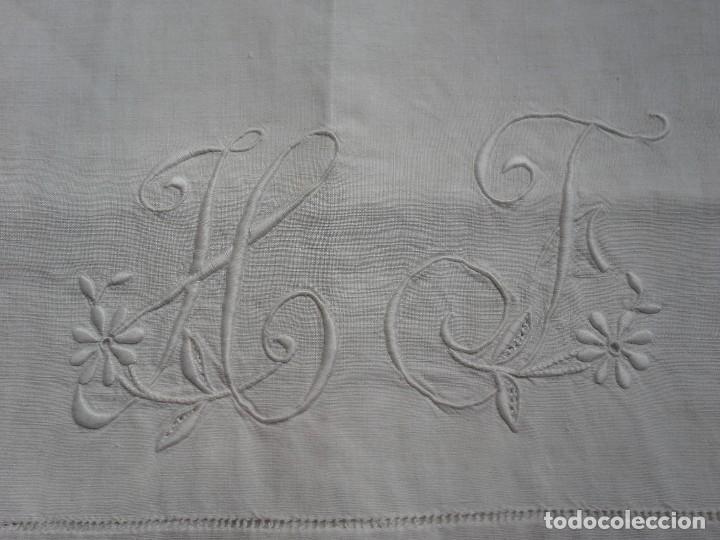 Antigüedades: Par de antigua fundas de almohada bordada a mano con iniciales - Foto 4 - 108374235