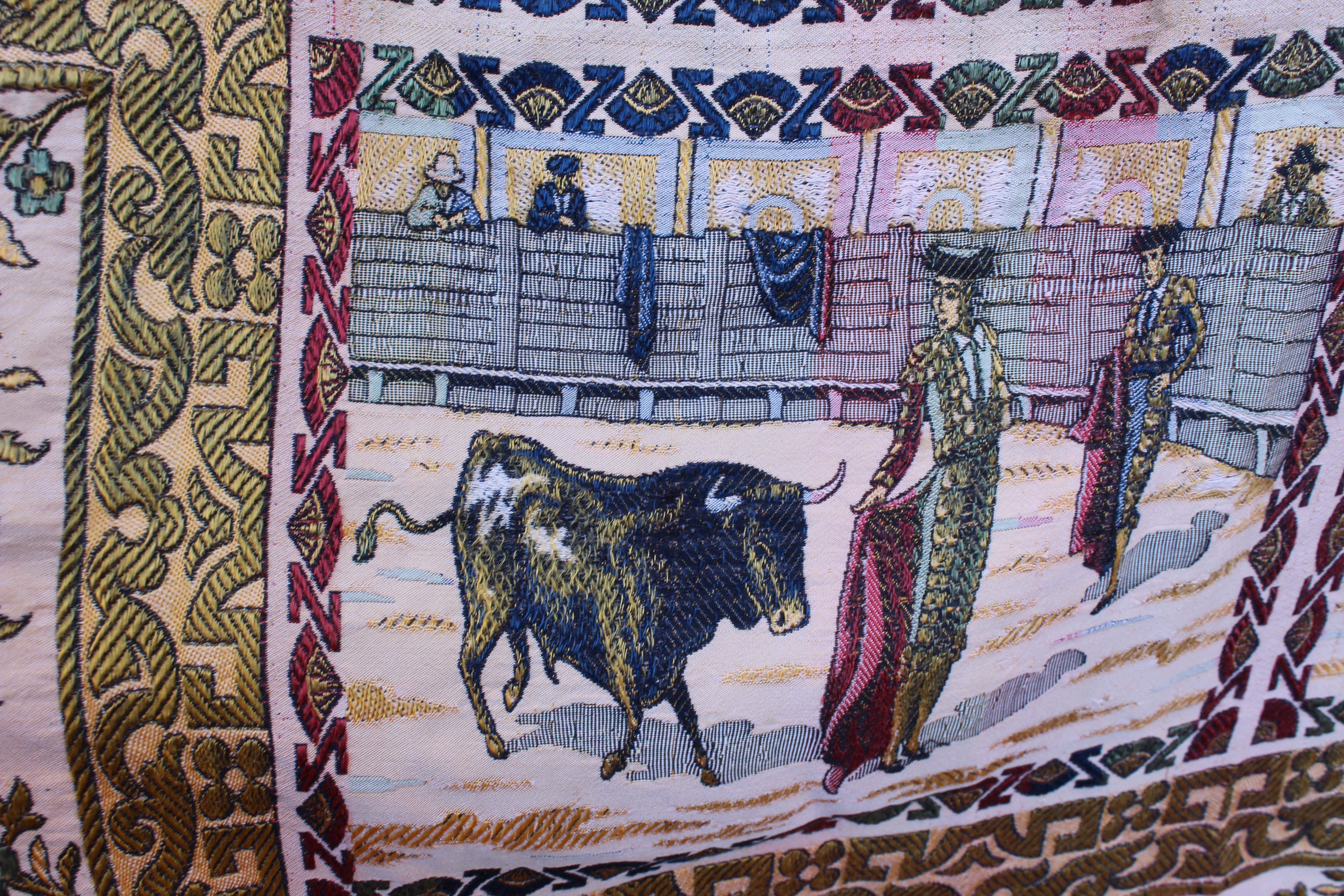 Antigüedades: ANTIGUO MANTEL TAPETE TAPIZ , HILOS DE ALGODÓN Y SEDA ESCENA TOREROS TOROS PLAZAS - Foto 5 - 108437623