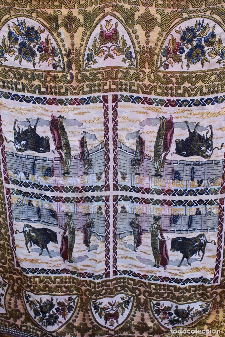 Antigüedades: ANTIGUO MANTEL TAPETE TAPIZ , HILOS DE ALGODÓN Y SEDA ESCENA TOREROS TOROS PLAZAS - Foto 2 - 108437623