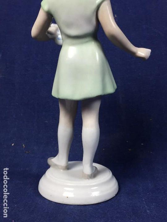 Antigüedades: estatuilla porcelana kezifestes sp hungria budapest chica leyendo estudiante firma base 17 cm - Foto 2 - 108438079