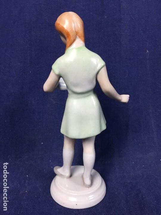 Antigüedades: estatuilla porcelana kezifestes sp hungria budapest chica leyendo estudiante firma base 17 cm - Foto 3 - 108438079