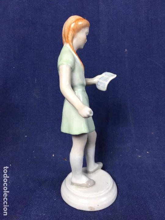 Antigüedades: estatuilla porcelana kezifestes sp hungria budapest chica leyendo estudiante firma base 17 cm - Foto 5 - 108438079