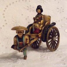 Antigüedades: BONITO CONJUNTO ORIENTAL DE CELULOIDE EN MINIATURA Y POLICROMADO - GEISHA EN RICKSHAW. Lote 108461391