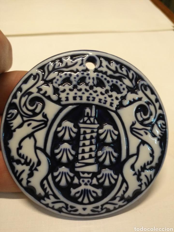 PRECIOSA MEDALLA SARGADELOS O CASTRO EN RELIEVE TORRE DE HERCULES CORUÑA (Antigüedades - Porcelanas y Cerámicas - Sargadelos)