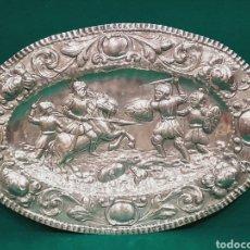 Antigüedades: BANDEJA OVAL DE PLATA CON ESCENAS CABALLERESCAS Y FLORES Y HOJAS EN EL ALERO, CON MARCAS COLLAR. Lote 108533320