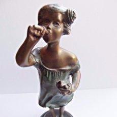 Antigüedades: ESCULTURA ART DECO NIÑA. EN BRONCE, FIRMADA, BASE DE MÁRMOL. SIGLO XIX. Lote 108683815