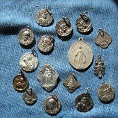 Antigüedades: LOTE CON 15 MEDALLA RELIGIOSAS UNA CRUZ DE CARABACA Y UN ESCAPULARIO DE SAN PANCRACIO. Lote 108707547