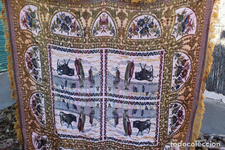 ANTIGUO MANTEL TAPETE TAPIZ , HILOS DE ALGODÓN Y SEDA ESCENA TOREROS TOROS PLAZAS (Antigüedades - Hogar y Decoración - Tapices Antiguos)