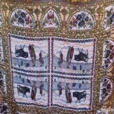 Antigüedades: ANTIGUO MANTEL TAPETE TAPIZ , HILOS DE ALGODÓN Y SEDA ESCENA TOREROS TOROS PLAZAS. Lote 108437623
