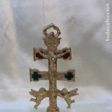 Antigüedades: CRUZ DE CARAVACA EN METAL CON PEANA DE MARMOL MIDE MAS DE 13 CM DE ALTURA. Lote 108721335