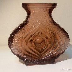 Antigüedades: JARRÓN DE CRISTAL TALLADO ROSA, MITAD SIGLO XX. Lote 108792056