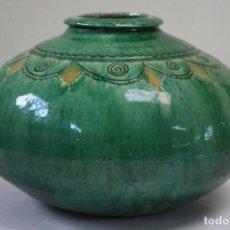 Antigüedades: VASIJA DE TITO ÚBEDA (JAÉN) VIDRIADA EN VERDE Y OCRE. FIRMADA EN BASE.. Lote 108832927