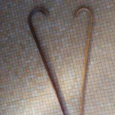 Antigüedades: PAREJA DE BASTONES ANTIGUOS EN MADERA LONGITUD: 90 Y 80 CM. Lote 108886919
