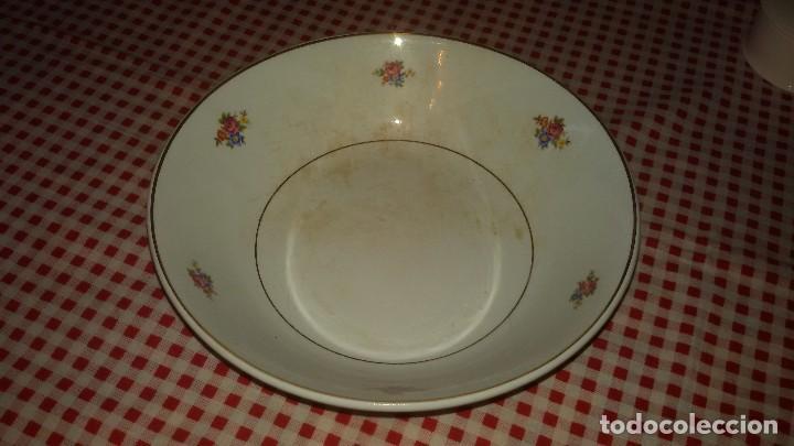 ANTIGUA FUENTE ENSALADERA DE CARTUJA DE GIJÓN,DECORADA CON PEQUEÑAS ROSAS. (Antigüedades - Porcelanas y Cerámicas - La Cartuja Pickman)