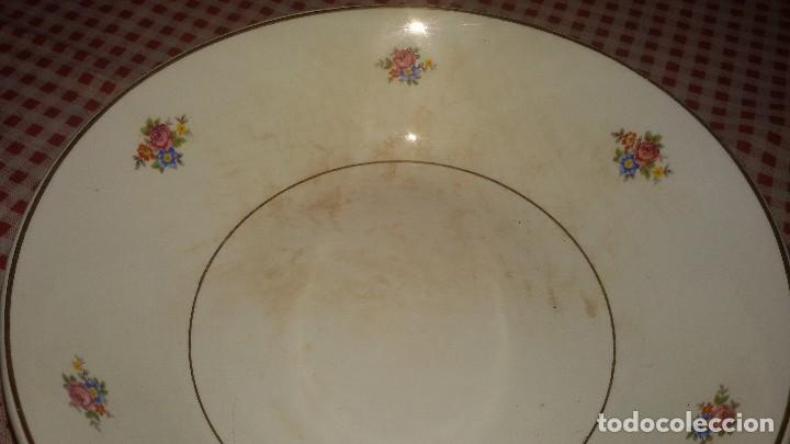 Antigüedades: Antigua fuente ensaladera de cartuja de gijón,decorada con pequeñas rosas. - Foto 2 - 108914163