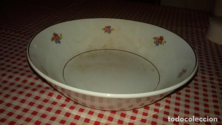 Antigüedades: Antigua fuente ensaladera de cartuja de gijón,decorada con pequeñas rosas. - Foto 4 - 108914163