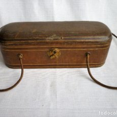 Antigüedades: ANTIGUO COSTURERO DE CARTON PIEDRA FORRADO EN PIEL. Lote 108914739