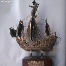 Antigüedades: CARABELA SANTA MARIA EN PLATA MONTADA SOBRE PEANA DE MADERA. BAÑO DE PLATA O SIMILAR. Lote 108977607