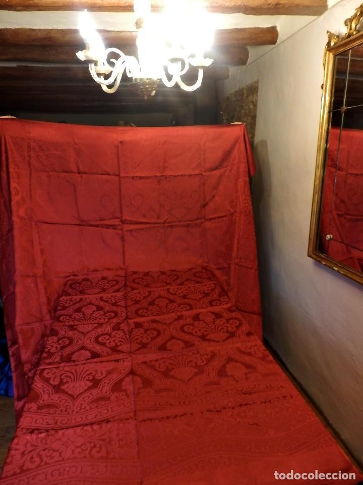 Antigüedades: Preciosa colcha de seda años 1900 en color rojo intenso y oscuro. De ajuar, buen estado. - Foto 2 - 108982035