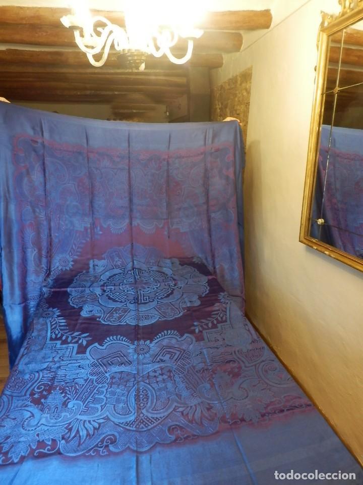 PRECIOSA COLCHA DE SEDA AÑOS 1900 EN COLOR AZUL TORNASILADO DE AJUAR, BUEN ESTADO. (Antigüedades - Hogar y Decoración - Colchas Antiguas)