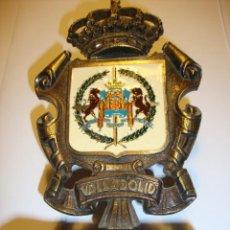 Antigüedades: ANTIGUO CENTRO DE MESA ESCUDO DE LA CIUDAD DE VALLADOLID EN BRONCE Y MARMOL ALTURA 17 CM 10 ANCHURA. Lote 108982695