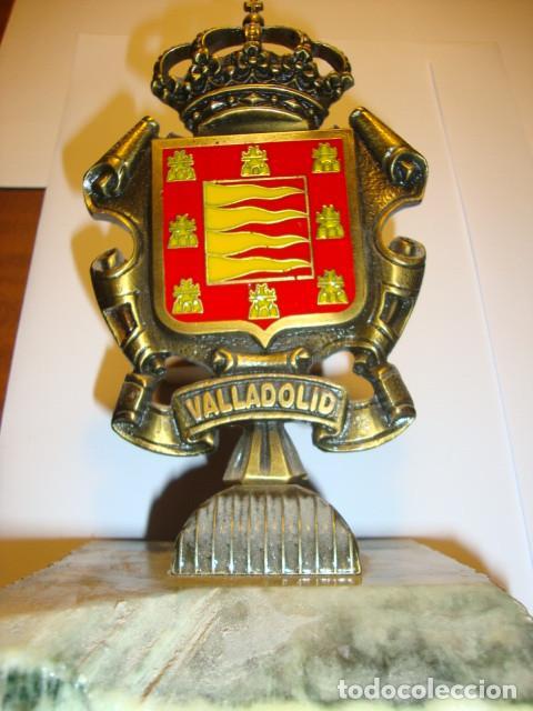 ANTIGUO CENTRO DE MESA ESCUDO DE LA CIUDAD DE VALLADOLID EN BRONCE Y MARMOL ALTURA 19 CM 12 ANCHURA (Antigüedades - Hogar y Decoración - Centros de Mesas Antiguos)
