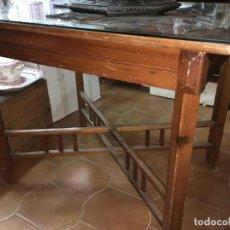 Antigüedades: FANTASTICA MESA ART DECO EN PINO MACIZO - MEDIDA 100X74 Y 82CM DE ALTO. Lote 108985647