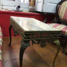 Antigüedades: MAGNIFICA MESA EN BRONCE REPUJADO Y TAPA DE MARMOL - MEDIDA 66X39 Y 49CM DE ALTO. Lote 108987439