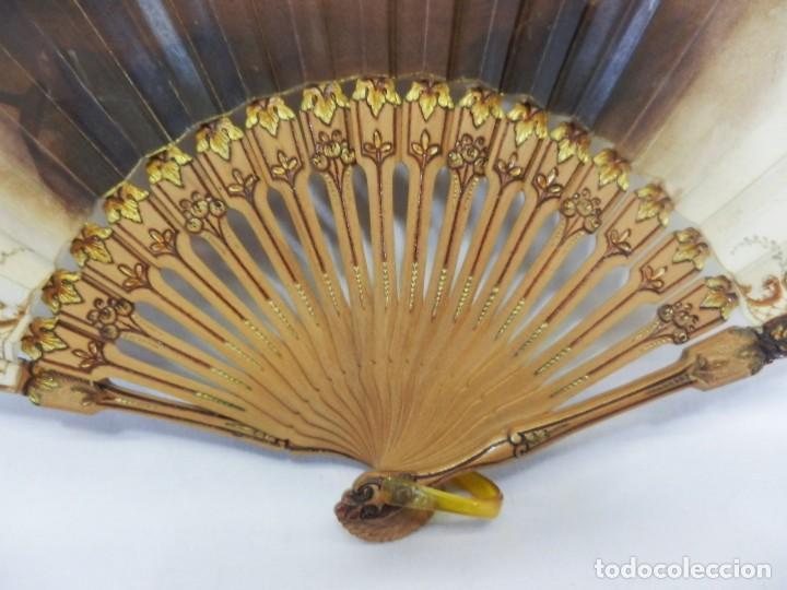 Antigüedades: Precioso abanico Art Nouveau con detalle en guarda, medallón en realce. Madera de frutal. - Foto 3 - 108989947