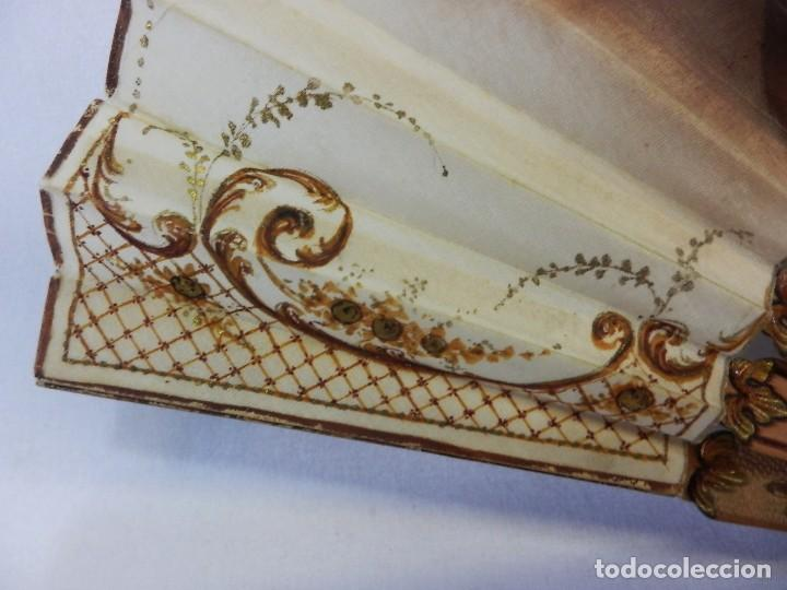 Antigüedades: Precioso abanico Art Nouveau con detalle en guarda, medallón en realce. Madera de frutal. - Foto 4 - 108989947