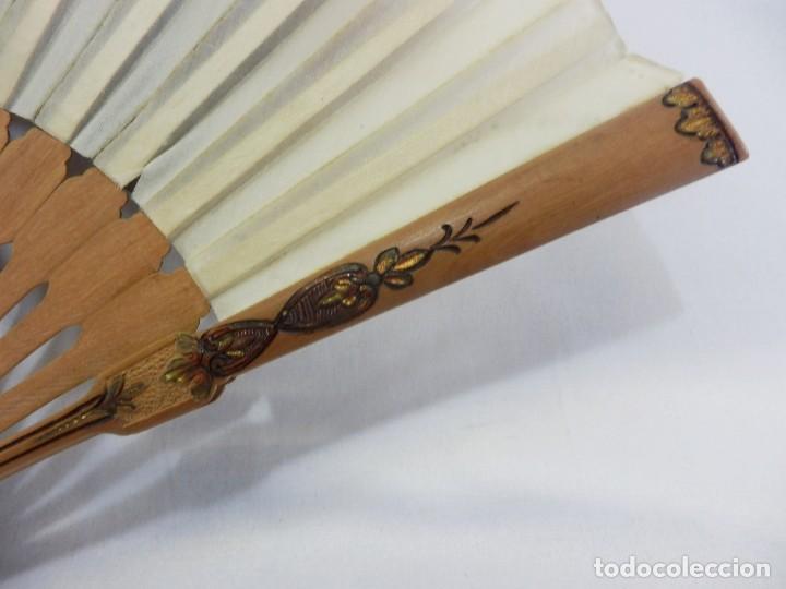 Antigüedades: Precioso abanico Art Nouveau con detalle en guarda, medallón en realce. Madera de frutal. - Foto 7 - 108989947
