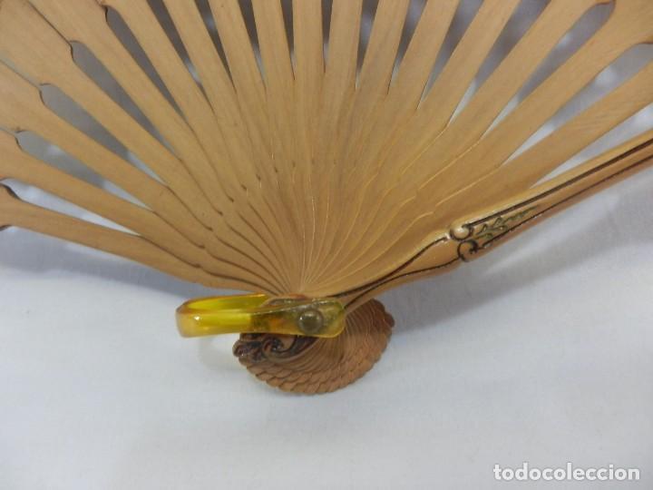 Antigüedades: Precioso abanico Art Nouveau con detalle en guarda, medallón en realce. Madera de frutal. - Foto 8 - 108989947