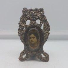 Antigüedades: MARCO ANTIGUO VICTORIANO EN METAL, PARA FOTO CON MOTIVOS FLORALES EN RELIEVE .. Lote 109048259