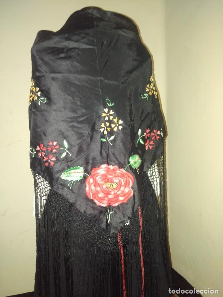 Antigüedades: Precioso mantón de pequeño tamaño de sedalina bordado a mano estilo Manila - Foto 2 - 109050087