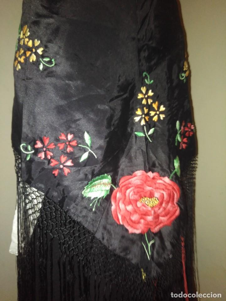 Antigüedades: Precioso mantón de pequeño tamaño de sedalina bordado a mano estilo Manila - Foto 3 - 109050087