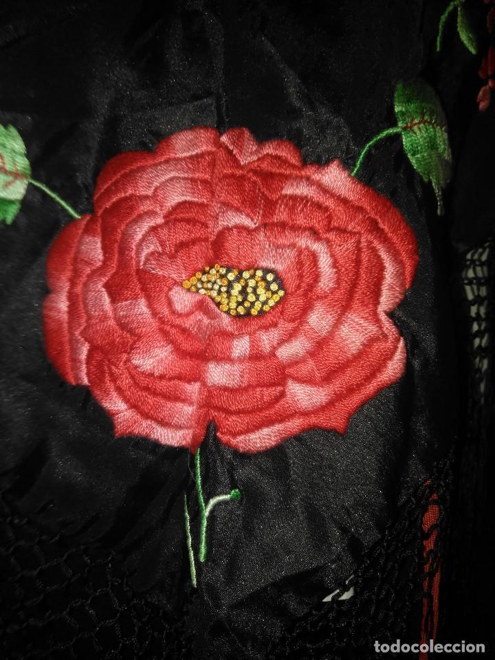 Antigüedades: Precioso mantón de pequeño tamaño de sedalina bordado a mano estilo Manila - Foto 4 - 109050087