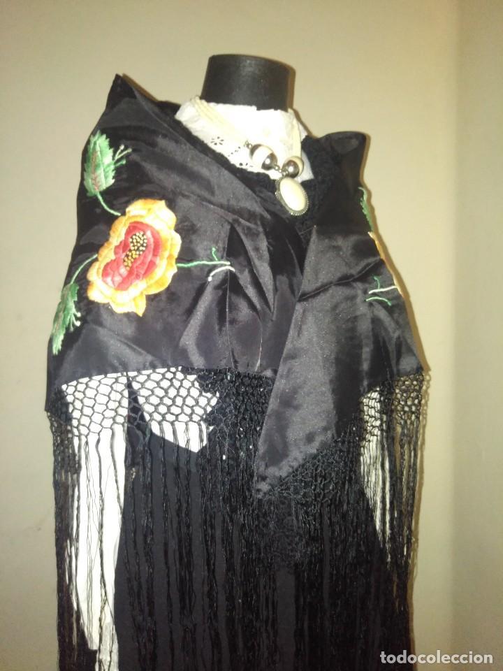 Antigüedades: Precioso mantón de pequeño tamaño de sedalina bordado a mano estilo Manila - Foto 5 - 109050087