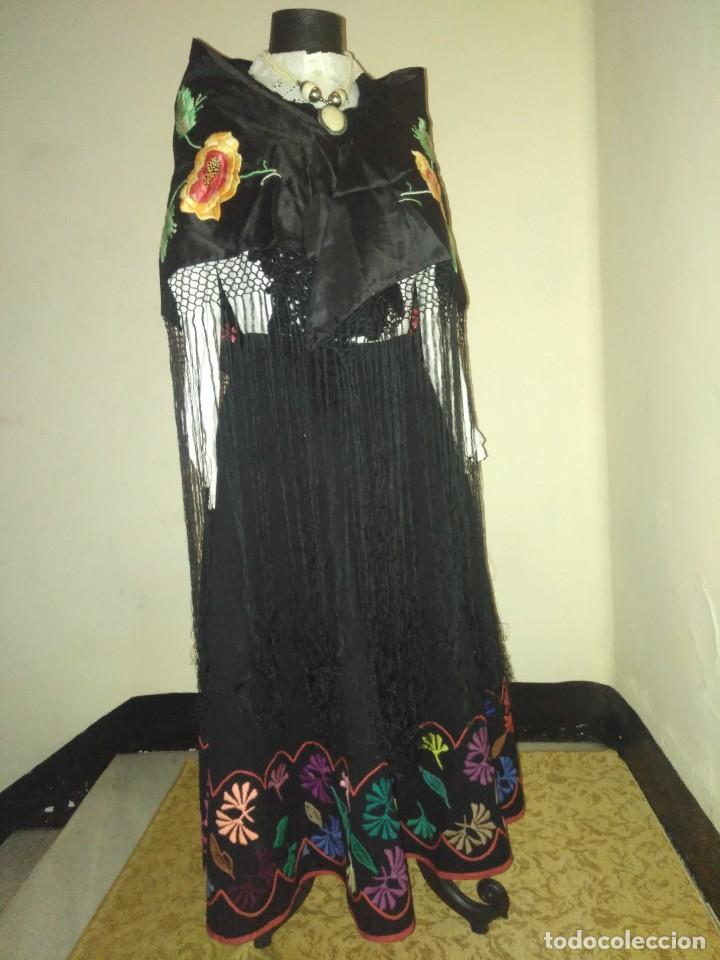 Antigüedades: Precioso mantón de pequeño tamaño de sedalina bordado a mano estilo Manila - Foto 6 - 109050087