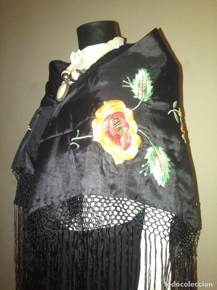 Antigüedades: Precioso mantón de pequeño tamaño de sedalina bordado a mano estilo Manila - Foto 7 - 109050087