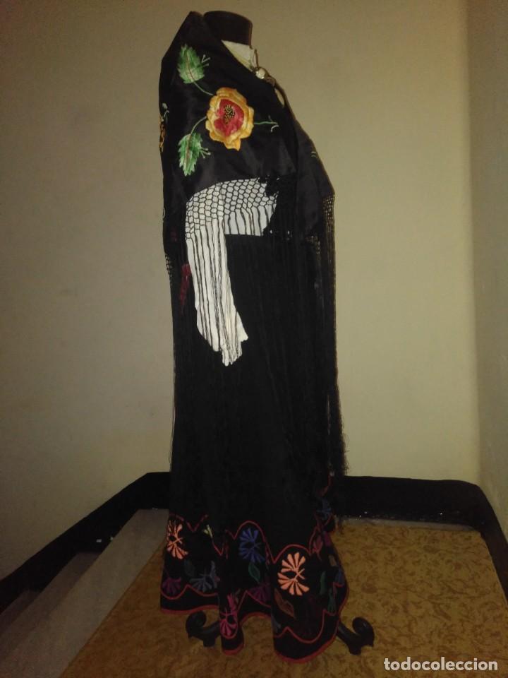 Antigüedades: Precioso mantón de pequeño tamaño de sedalina bordado a mano estilo Manila - Foto 8 - 109050087