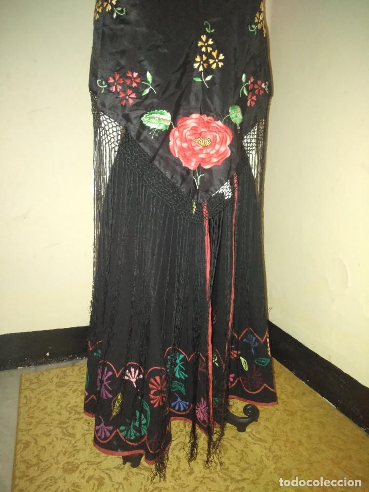 Antigüedades: Precioso mantón de pequeño tamaño de sedalina bordado a mano estilo Manila - Foto 10 - 109050087