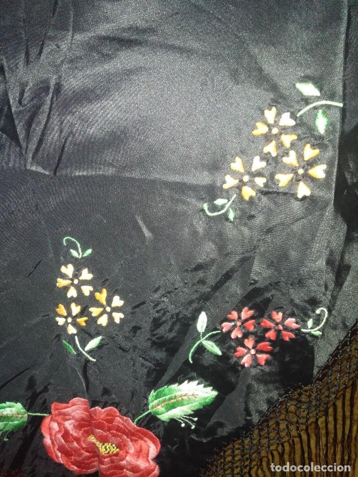Antigüedades: Precioso mantón de pequeño tamaño de sedalina bordado a mano estilo Manila - Foto 13 - 109050087