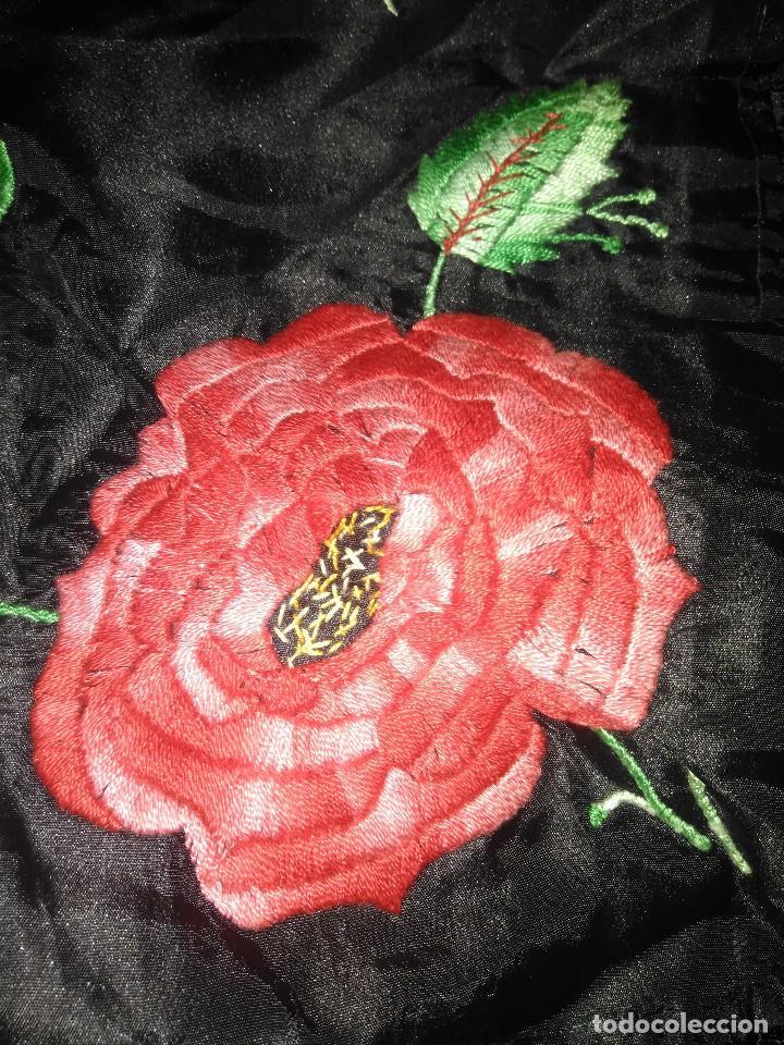Antigüedades: Precioso mantón de pequeño tamaño de sedalina bordado a mano estilo Manila - Foto 14 - 109050087